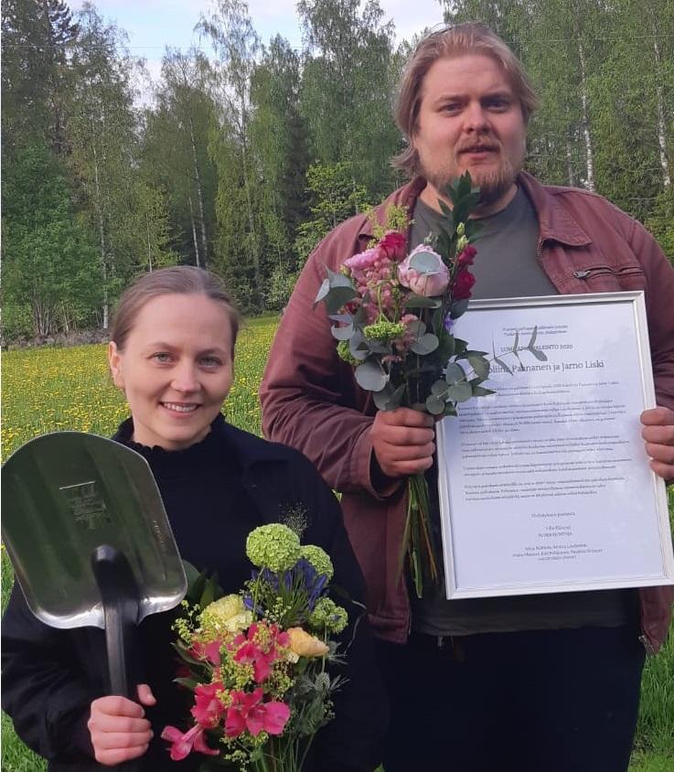 Kuvassa Tutkivan journalismin yhdistyksen vuosittain jakaman Lumilapio-palkinnon voittaneet Karoliina Paananen ja Jarno Liski kesäisessä maisemassa lapio, kunniakirjan ja kukkien kanssa.